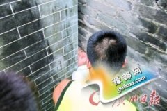 10岁男童头卡墙缝 机器撑开砖墙将其救出