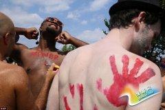 美国办裸骑活动:有人一丝不挂 有人戴面具(图)