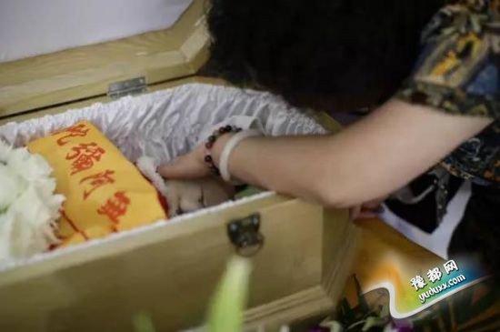 上海宠物豪华殡葬兴起 豪车护送骨灰做钻石