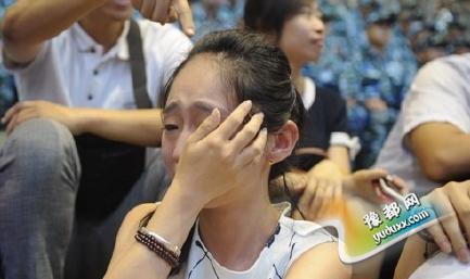 男朋友参加阅兵 女孩观看直播流泪