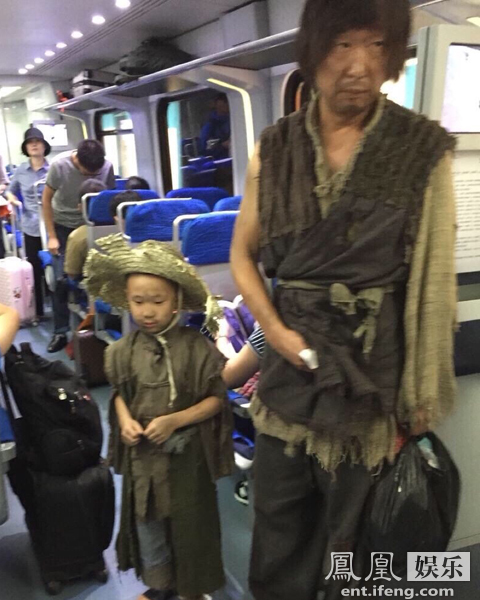 林永健和儿子满脸漆黑、衣衫褴褛,父子俩疑似在乘坐地铁