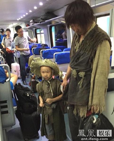 林永健和和大竣疑似在地铁上。