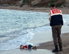 叙利亚男童偷渡溺亡 媒体:最让人心碎的照片