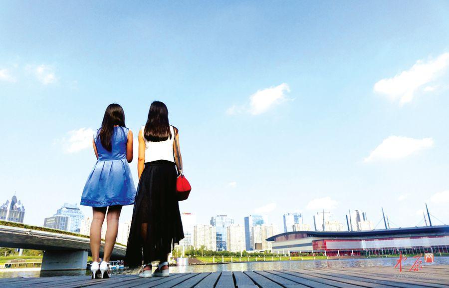 """你在看风景,你也是风景 9月2日17时,环保部门提供的实时数据显示,郑州市城区9个监测子站中,空气质量全部达到了""""优""""级别,蓝天白云重新回到我们身边,微信朋友圈晒蓝天再成时尚。"""