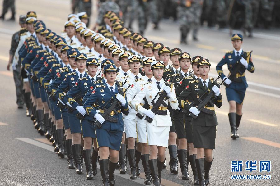 9月3日,中国人民抗日战争暨世界反法西斯战争胜利70周年纪念大会在北京隆重举行。这是三军仪仗队女兵在纪念大会开始前做准备。新华社记者黄孝邦 摄