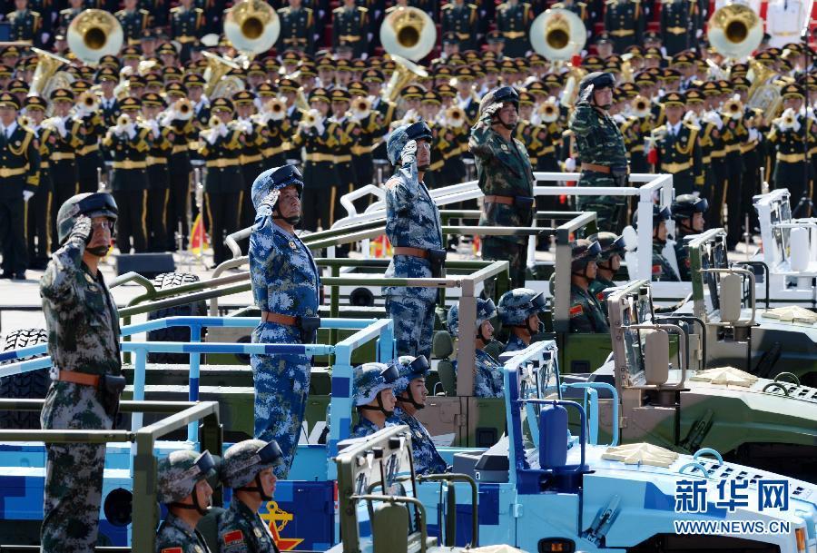 9月3日,中国人民抗日战争暨世界反法西斯战争胜利70周年纪念大会在北京隆重举行。这是白建军中将、田中中将、陈东中将、吴国华中将、潘昌杰中将(自左至右)率领装备方队接受检阅。新华社记者李一博 摄