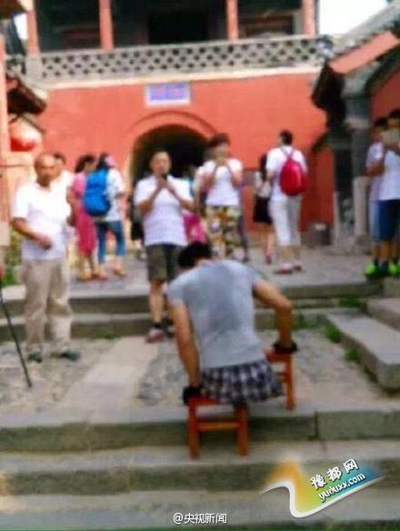 河南双腿截肢小伙靠双臂爬2千多级台阶登顶泰山