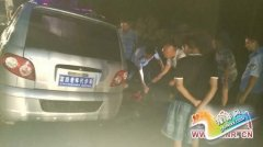 河南舞钢:老年车雨夜陷泥潭被困 警民携手救助忙