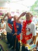 志愿者和老兵爷爷共观阅兵式