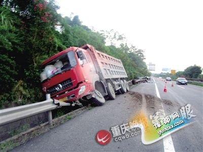比亚迪高速应急道小憩 大货车撞击尾部变铁饼