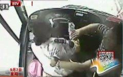 女公交司机遭暴揍扒衣 追下车向壮汉赔礼道歉