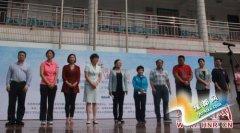 世界冠军邓亚萍来到郑州一小学,他们是去干啥?