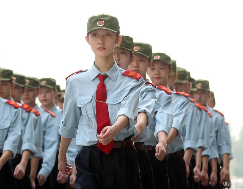 """2015年9月17日,郑州航院的""""准空姐""""们正在军训。军装上身,准空姐们立马英姿飒爽。"""