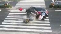 女子骑摩托玩手机 撞上轿车腾空飞起