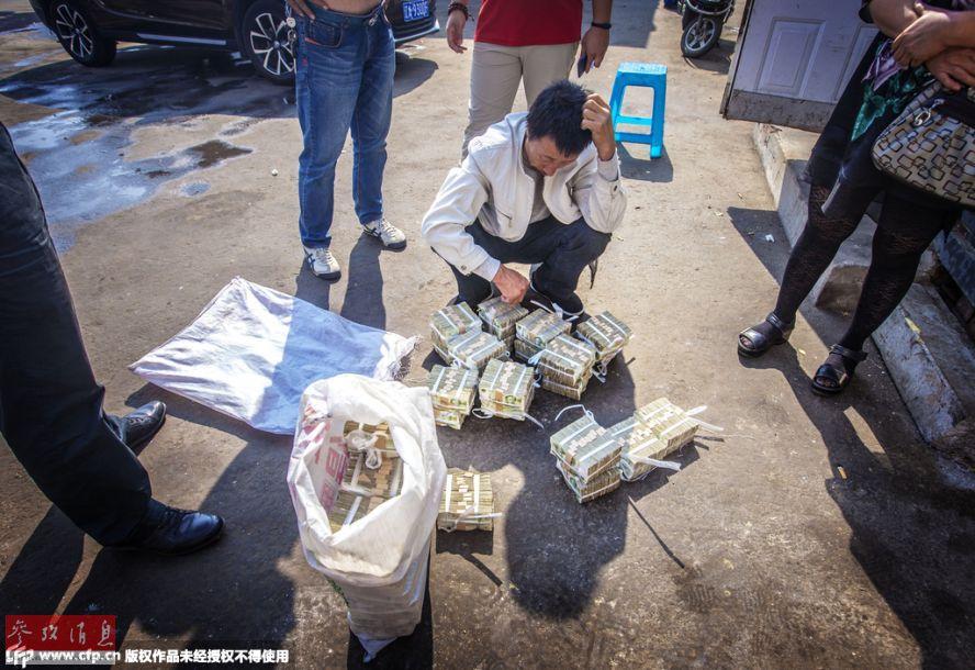 2015年9月16日,沈阳,死者家属面对公交公司赔偿的两麻袋面值1元纸币的赔偿金,气愤之余还有些无奈。2015年6月2日17时55分,在沈阳市和平区八经街九纬路路口发生了一起交通事故,一辆隶属于沈阳天益巴士有限公司的168路公交车,与一名骑电动自行车的男子李某相撞,导致李某经抢救无效后身亡。事故发生后,遇难者家属、天益巴士、保险公司三方走了正常的法律程序,根据判决李某与天益公司均负同等责任,除了保险公司赔偿部分,天益巴士还需赔偿李某家属20余万元,原本以为胜诉后接下来的赔偿过程会很顺利,但是公交公司给死者家属的赔偿金竟然都是面值1元的纸币,并且除去先前支付的2.3万丧葬费,其余181184元的赔偿款,公交公司分多次予以支付,上一回一次性支付了80934元,也全部都是面值1元的纸币。