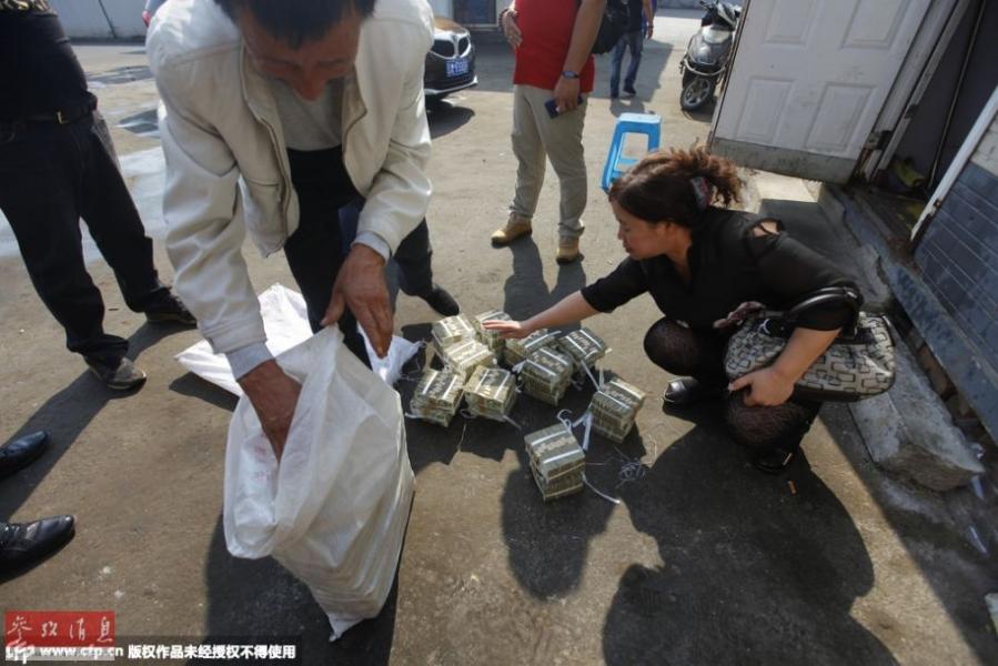 为了清点钱款,李素芬、李广国将两编织袋一元纸币全部倒了出来,因为涉及到与死者母亲分钱,他们把钱分成两堆摞起来,每堆能有半米多高。