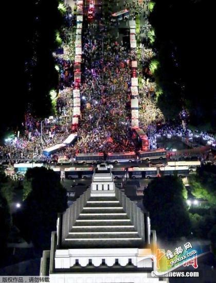 资料图 成千上万民众聚集议会大楼外示威,抗议安倍政府和安全法案。