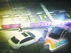 司机超车未果撞上栏杆 逼停前车持刀猛砍(图)