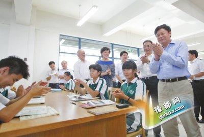 杜占元(右)在图书室了解学生们的阅读情况