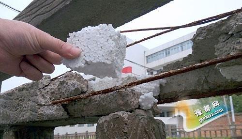 瑞昌当地市民发现,这处水泥栏杆内存在泡沫填充,且水泥断裂连接处用胶水黏接。 江西网 图