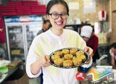 顾客体验手工制作老式月饼的乐趣
