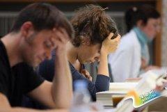 英国过半大学生饱受压力:过度在意他人看法