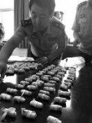 """西安警方破运毒案 两疑犯""""排出""""117包毒品"""