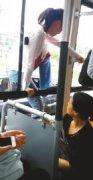 成都:男女坐错公交车 任性从车窗跳下