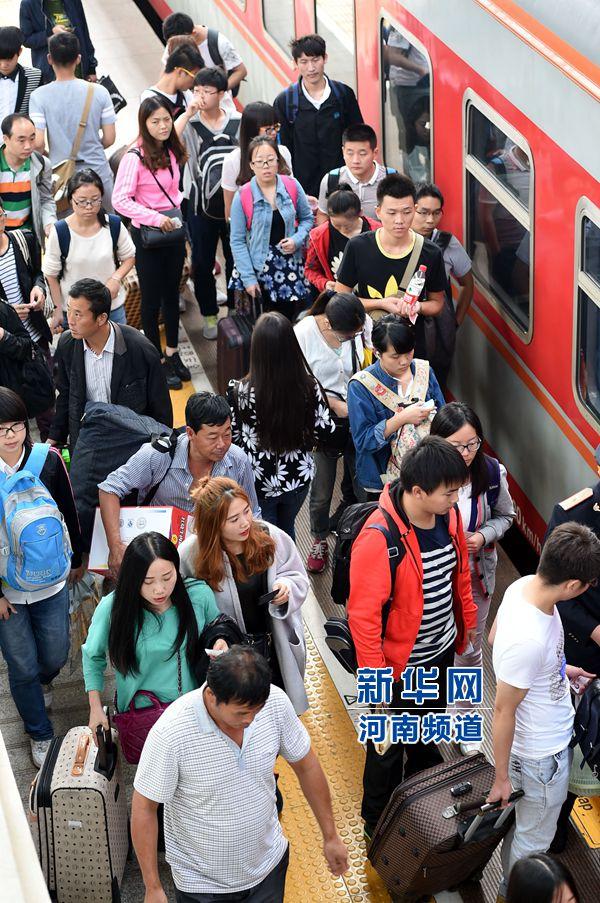 9月30日,旅客在郑州火车站进站乘车。