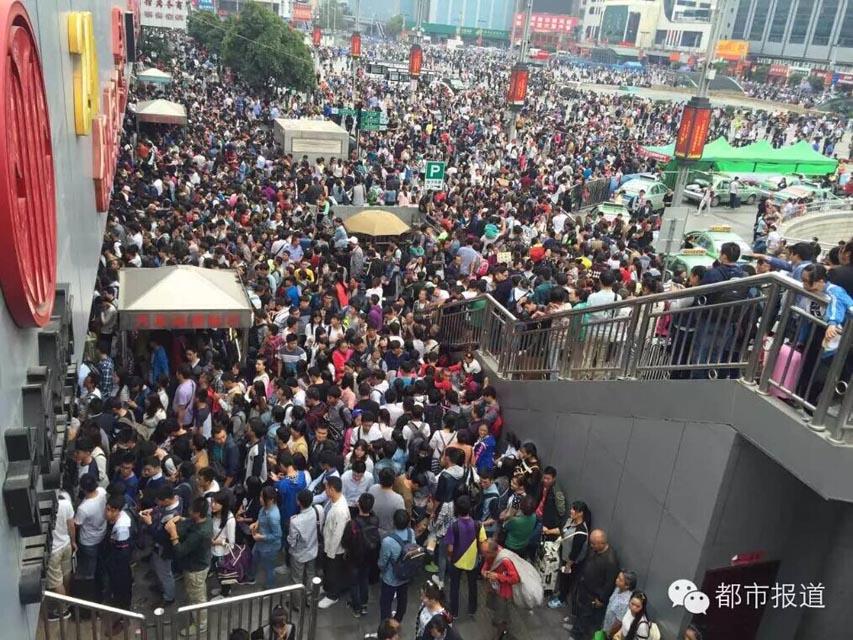 9月30日下午三点半,都市记者在郑州火车站门前的人行天桥上看到的郑州火车站是这样的。