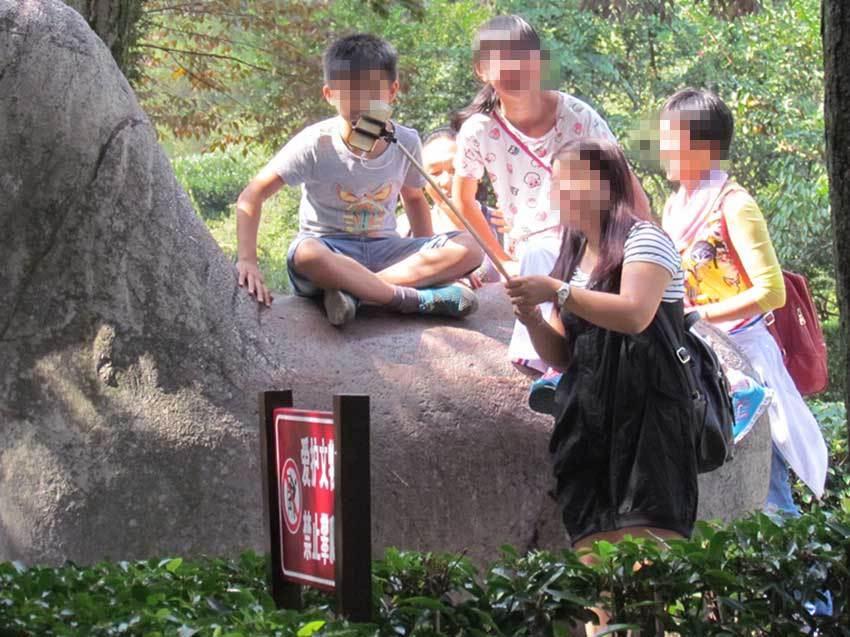 组图:国庆长假部分景区游客现不文明行为