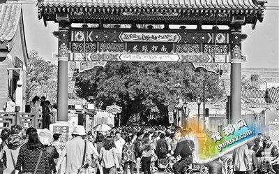 """昨天是""""十一""""假期的第三天,南锣鼓巷、什刹海、大栅栏等开放景区吸引了大量游客涌入。南锣鼓巷游客10万人次,什刹海则将近20万人次。这么庞大的客流,秩序如何维护,人员如何疏散?北京青年报记者昨日就此对这些景区进行了现场探访。"""