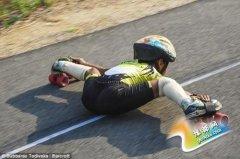 印度8岁男孩玩车底溜冰 可能打破世界纪录(图)