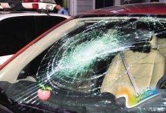 """车玻璃被打成了""""蜘蛛网"""" 车主说错一句话 保险公司直接拒赔"""