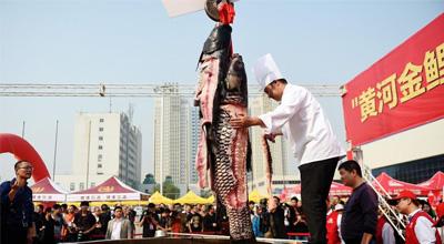 郑州直径3米大锅煮火锅 161斤鱼王下锅引客品尝
