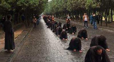 郑州百名信众 徒步五日雨中朝拜少林寺