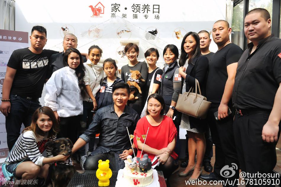 10月25日,孙俪出席一个收养遗弃宠物的活动并在微博发出现场照,现场时而与小宠物们合影,时而认真的听工作人员的讲解,十分的平易近人。