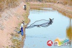 秋收结束村民捕鱼