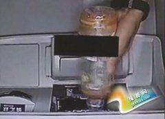 男子迷信电影桥段给ATM机喝饮料 指望机器吐钞票