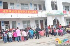 县义工协会联合爱心企业为贫困小学送温暖