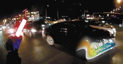 男子骑电动车引导救护车 律师称涉嫌违法