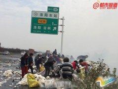 洛阳货车起火村民哄抢棉花 消防员阻拦无效