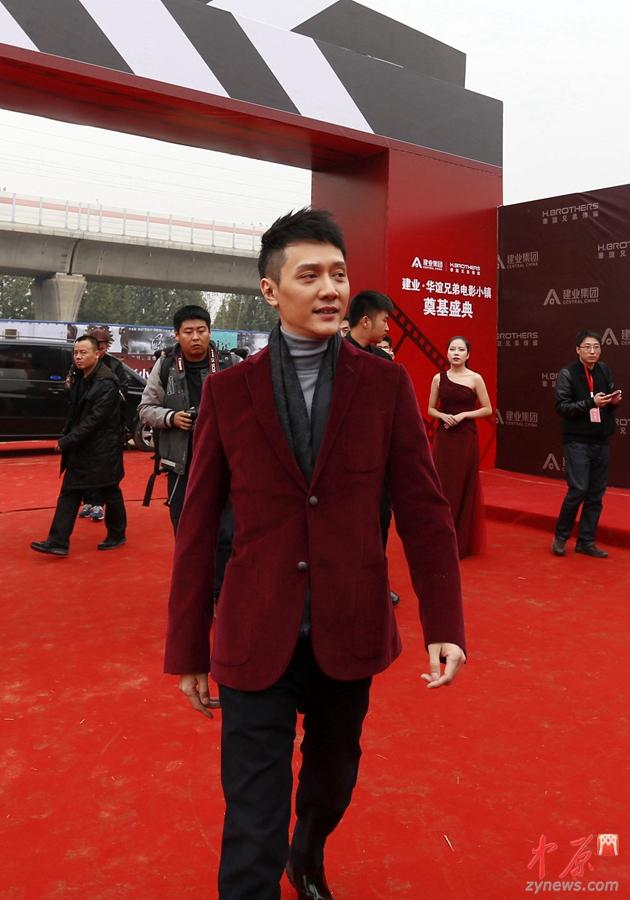 """虽是寒秋,人气演员冯绍峰的现身仍令现场女粉丝们热情尖叫,不断高呼""""太帅了""""、""""男神""""。"""