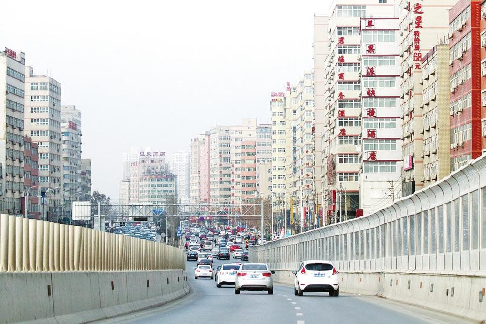 """2015年岁尾临近,郑州最大的城中村――陈寨也将与这个城市挥手告别。这,将是一次凤凰涅��。大河报记者昨日从郑州市金水区获悉,目前,陈寨、庙李村的拆迁工作已经启动,今年年底前完成拆迁。因为这两个超级村庄里居住着30多万郑漂族,这次拆迁将是郑州城中村改造中最后一块""""难啃的骨头""""。记者 刘江浩 文 白周峰 洪波 摄影 上图:郑州第一大都市村庄陈寨正扼住文化路立交桥的咽喉,如同都市村庄正扼住城市发展的咽喉。"""