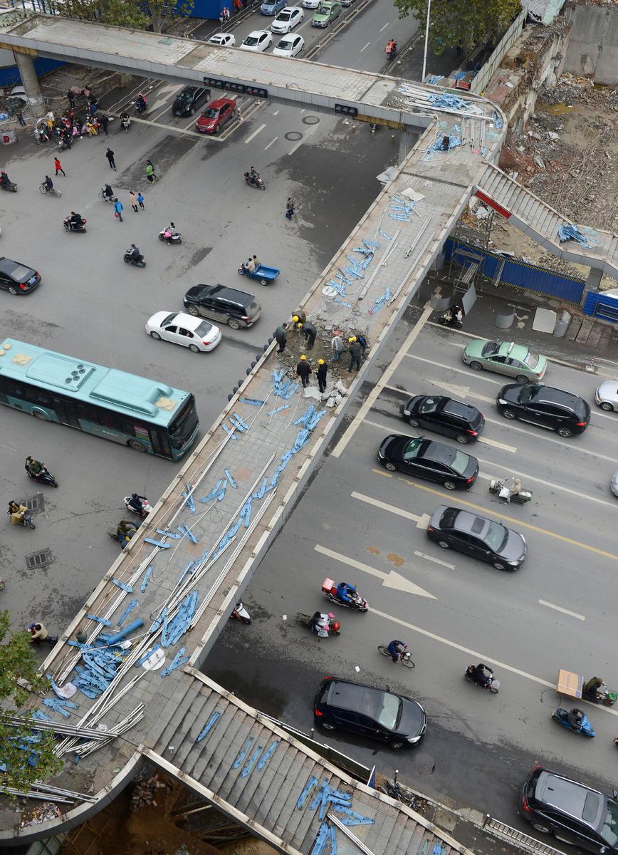"""近年来,郑州市""""短命天桥""""""""短命BRT站台""""等市政设施频繁拆除重建,被市民质疑浪费。"""