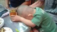 致2岁童喝酒死亡3人获刑 逗孩子喝酒酿过啥悲剧
