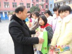 县玉川村镇银行为县六中贫困学生献爱心