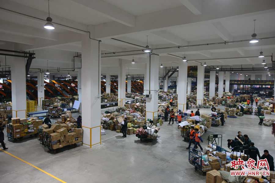 分拨中心的大厅内到处是工人们忙碌的身影