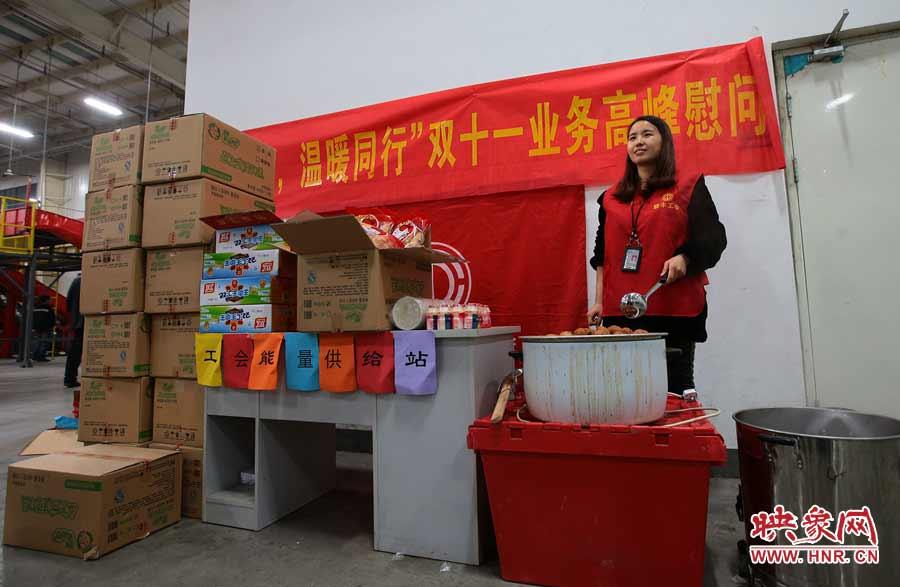 企业也细心为辛劳的员工准备了各种食品饮料