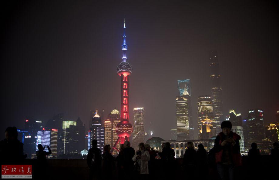 11月14日,中国上海,东方明珠电视塔亮起红白蓝三色灯光为巴黎祈祷。
